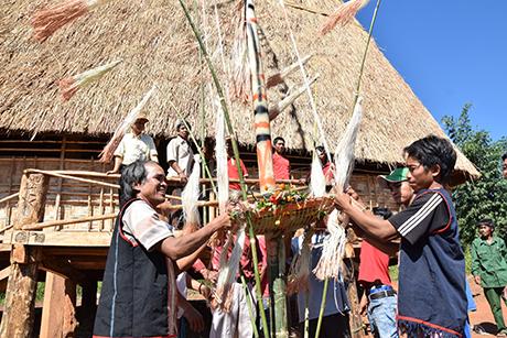 Dân làng Kon Pao (xã Đăk Psi, huyện Đăk Hà) tổ chức Khánh thành nhà rông mới kết hợp với Lễ mừng lúa mới và Ngày hội Đại đoàn kết toàn dân tộc (baokontum.com.vn)