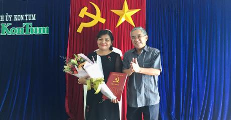 Đồng chí Nguyễn Văn Hùng trao Thông báo cho đồng chí Lê Thị Kim Đơn