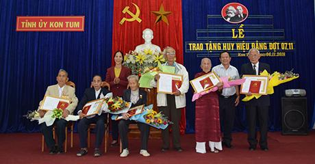 Đồng chí Y Mửi trao Huy hiệu cho các đảng viên các tuổi Đảng