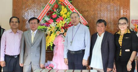 Các đồng chí lãnh đạo tỉnh tặng lẵng hoa chúc mừng Tòa giám mục