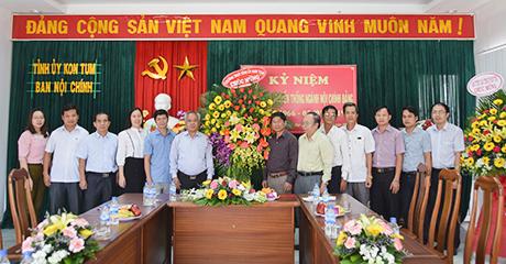 Đồng chí A Pớt tặng hoa chúc mừng cán bộ, công chức Ban Nội chính Tỉnh ủy