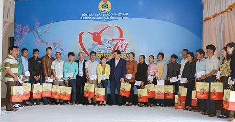 Phó Thủ tướng Vương Đình Huệ và lãnh đạo tỉnh Kon Tum tặng quà, chúc tết CNVCLĐ tiêu biểu tỉnh Kon Tum (Ảnh:  baokontum.com.vn)