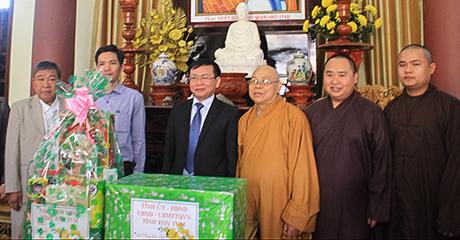 Chủ tịch UBND tỉnh Nguyễn Văn Hòa tặng quà, chúc tết Ban Trị sự Giáo hội Phật giáo Việt Nam tỉnh (nguồn: baokontum.com.vn)