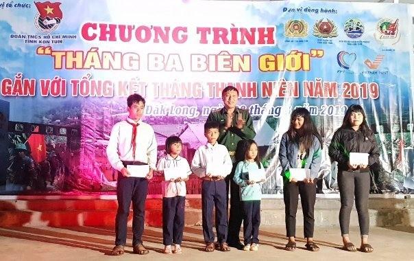 """Bộ Chỉ huy Bộ đội Biên phòng tỉnh Kon Tum trao 06 suất học bổng """"Nâng bước em đến trường"""" cho 06 em học sinh (500 ngàn đồng/tháng cho đến khi các em học hết lớp 12) tại Chương trình """"Tháng ba biên giới"""" 2019 (nguồn: kontum.gov.vn&#"""