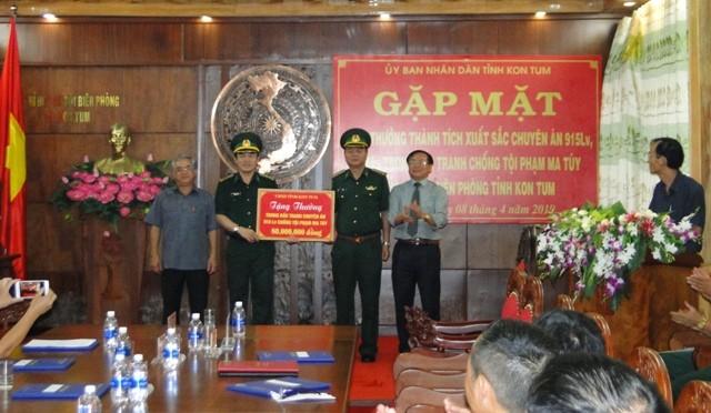 Lãnh đạo Tỉnh ủy, Ủy ban Nhân dân tỉnh Kon Tum trao thưởng cho Ban Chuyên án