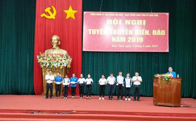 """Đại diện Tổng công ty Tân Cảng Sài Gòn trao tặng học bổng """"Thắp sáng ước mơ"""" cho con em học sinh gia đình chính sách, có hoàn cảnh khó khăn trên địa bàn tỉnh."""