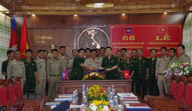 Đại diện chỉ huy 3 đơn vị ký kết và trao Biên bản Hội đàm.