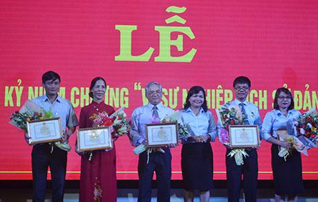 Lãnh đạo Ban Tuyên giáo Tỉnh ủy trao Kỷ niệm chương vì sự nghiệp lịch sử Đảng cho các đồng chí cán bộ, lãnh đạo. Ảnh: VN