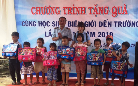 """Chương trình """"Cùng học sinh biên giới đến trường"""" trao tặng 200 suất quà gồm cặp sách, dụng cụ học tập, sữa… cho trẻ em nghèo ở xã Pờ Y, mỗi suất quà trị giá 300.000 đồng. (nguồn: baokontum.com.vn)"""