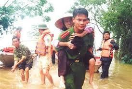Hình ảnh đẹp lực lượng CA giúp dân mùa mưa lũ (hình minh họa trên internet)