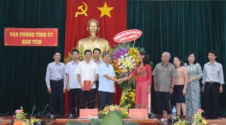 Thường trực Tỉnh ủy tặng hoa chúc mừng Văn phòng Tỉnh ủy. Ảnh: HT