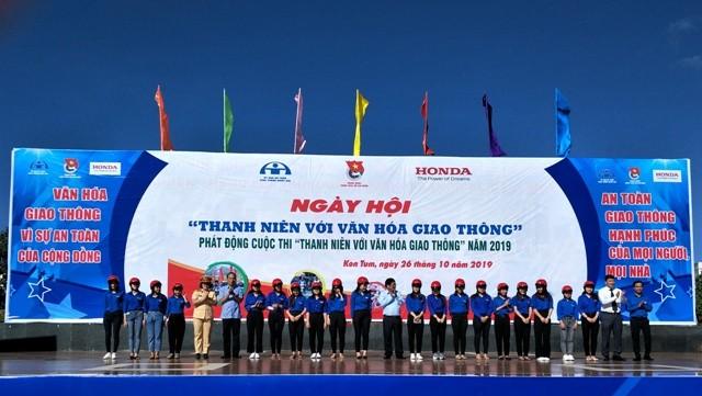 Ban tổ chức trao mũ bảo hiểm đạt chuẩn cho ĐVTN, HS-SV tỉnh Kon Tum