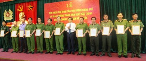 Đại tá Nguyễn Công Văn, Giám đốc Công an tỉnh Kon Tum (đầu tiên bên phải) nhận Thư khen của Thủ tướng Chính phủ về thành tích tham gia triệt phá đường dây sản xuất ma túy tại Đăk Hà (ảnh sưu tầm)
