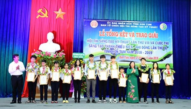 Trao giải cho các tác giả đạt giải tại Lễ Tổng kết và trao giải Hội thi Sáng tạo kỹ thuật lần thứ VIII và Cuộc thi Sáng tạo thanh thiếu niên - nhi đồng lần thứ XI tỉnh Kon Tum năm 2018-2019  (nguồn: baokontum.com.vn)