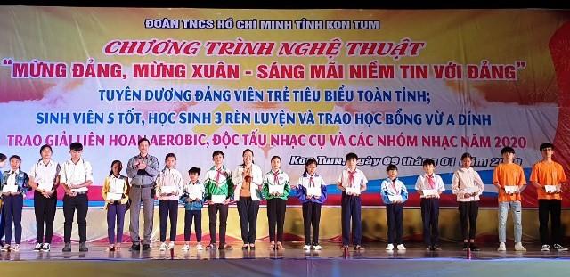 """Trao học bổng cho học sinh nghèo vượt khó tại Chương trình nghệ thuật """"Mừng Đảng, mừng Xuân - Sáng mãi niềm tin với Đảng""""… (ảnh của kontum.gov.vn)"""