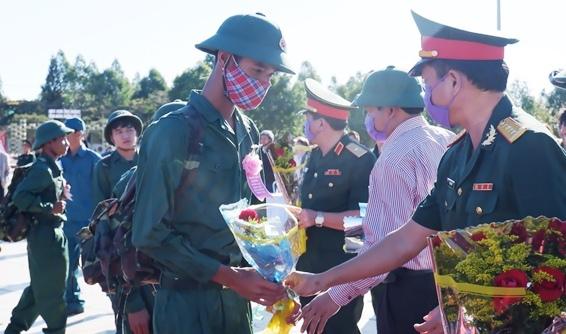 Tặng hoa cho các tân binh trước lúc lên đường nhập ngũ