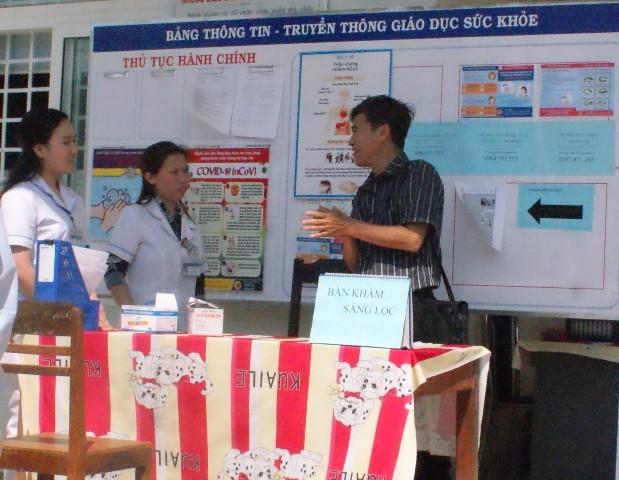 BSCKI. Trần Đức Cảnh – Trưởng khoa Truyền thông, giáo dục sức khỏe giám sát kiến thức của nhân viên Trạm Y tế xã Đăk Na
