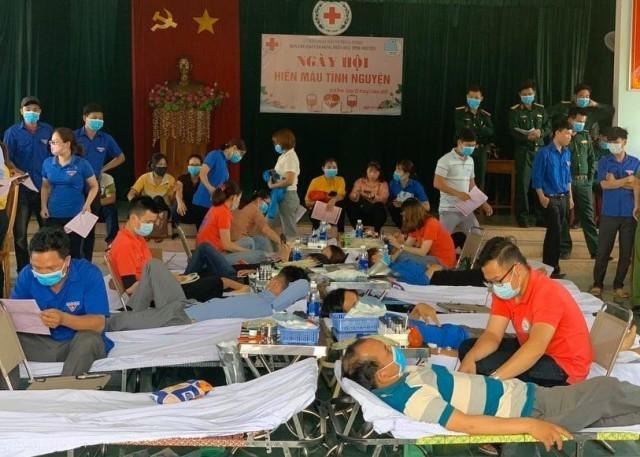 Quang cảnh các tình nguyện viên đang hiến máu