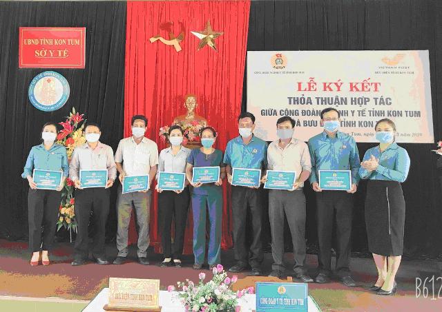 Phó Chủ tịch Công đoàn ngành Y tế Nguyễn Thị Lê Minh tặng 30 Hợp đồng bảo hiểm Anti Covid-19 cho đoàn viên công đoàn