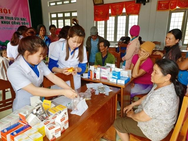Câu lạc bộ Thầy thuốc trẻ tỉnh Kon Tum đã trở nên gần gũi với nhân dân vùng sâu, vùng xa. (ảnh: baokontum.com.vn)