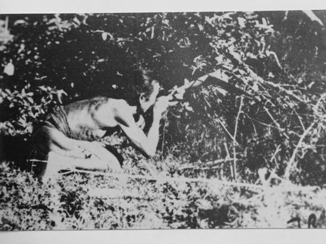 Du kích Kon Tum chiến đấu bảo vệ thôn làng (Ảnh tư liệu; Nguồn: Bảo tàng tổng hợp tỉnh)