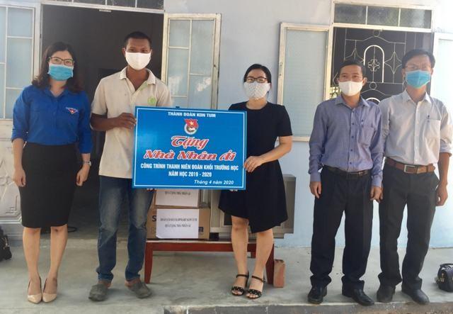 Thành đoàn Kon Tum tổ chức bàn giao nhà nhân ái cho gia đình anh A Thật ở thôn Kon Jơ Reh, xã Đăk Blà, thành phố Kon Tum. (ảnh: baokontum.com.vn)