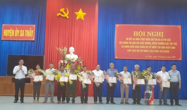 Trao giấy khen của Ban Thường vụ Huyện ủy cho các điển hình trong học tập và làm theo tư tưởng, đạo đức, phong cách Hồ Chí Minh