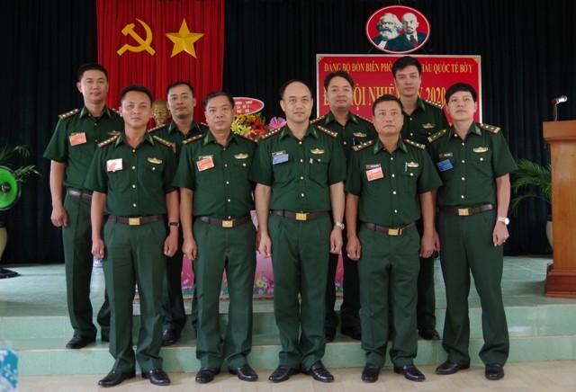 Ban Chấp hành Đảng bộ ra mắt cùng với đại biểu cấp trên.