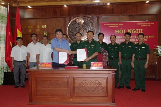 Lãnh đạo hai đơn vị ký kết kế hoạch phối hợp.
