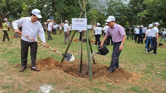 đại biểu tham gia trồng cây tại Lễ phát động tết trồng cây đời đời nhớ ơn Bác Hồ và hưởng ứng ngày Môi trường thế giới (05/6) do UBND tỉnh tổ chức tại thôn Kon Gung, xã Đăk Mar, huyện Đăk Hà. (ảnh: kontum.gov.vn)
