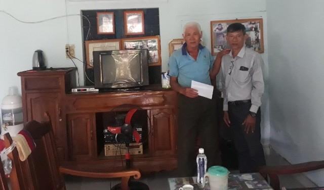 Đại diện Tổ 04 của Ban Tuyên giáo Tỉnh ủy trao quà cho đối tượng chính sách nhân ngày 27/7/2020 tại xã Đăk Pxy