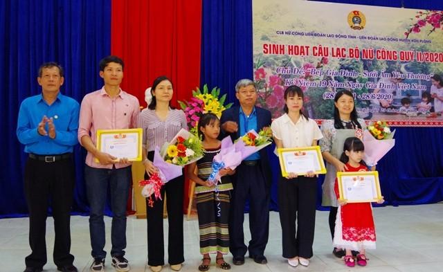 """Trao giải cho các đội tham gia thi nấu ăn với chủ đề """"Bếp gia đình - sưởi ấm yêu thương"""" nhân Ngày Gia đình Việt Nam. (ảnh: baokontum.com.vn)"""