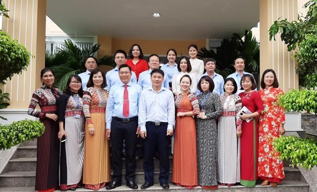 Tập thể cán bộ, công chức, nhân viên cơ quan Ban Tuyên giáo Tỉnh ủy chụp hình lưu niệm nhân kỷ niệm 90 năm Ngày truyền thống ngành Tuyên giáo của Đảng