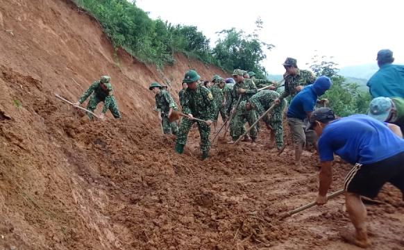 Cán bộ, chiến sĩ đồn Biên phòng Đăk Long cùng với nhân dân xã Đăk Long khắc phục sạt lở một tuyến đường trên địa bàn xã
