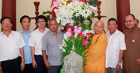 Lãnh đạo tỉnh tặng hoa chúc mừng Ban Trị sự Giáo hội Phật giáo tỉnh