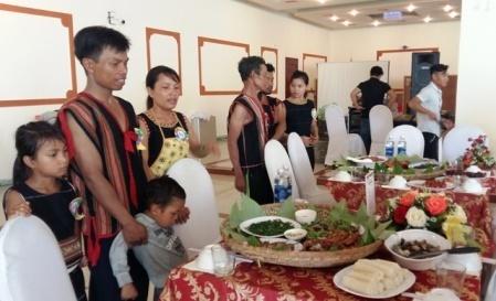 Gia đình chị Y Phiếu và anh A Thời (bên trái), dân tộc Xê Đăng, xã Đăk Tăng, Kon Plông cùng các gia đình tranh tài tại phần thi Bữa cơm gia đình trong Hội thi Gia đình Hạnh phúc (nguồn ảnh: kontum.gov.vn)
