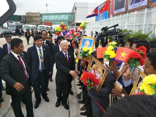 Tổng Bí thư Nguyễn Phú Trọng vẫy chào nhân dân Cam-pu-chia và kiều bào Việt Nam tại Sân bay Quốc tế Pô-chen-tông.