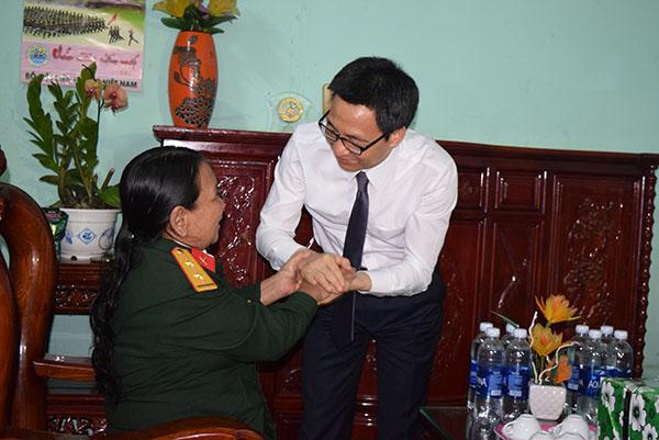 Phó Thủ tướng Chính phủ tặng quà gia đình Anh hùng lực lượng vũ trang Y Buông