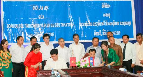 Lãnh đạo 2 tỉnh Kon Tum và Attapư ký kết biên bản hợp tác. Ảnh: Q.Đ
