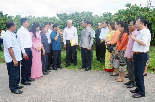Đại diện lãnh đạo xã Hà Mòn giới thiệu mô hình phát triển kinh tế với Đoàn đại biểu
