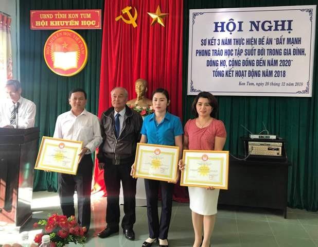 Trao Bằng khen của Trung ương Hội Khuyến học Việt Nam cho các cá nhân