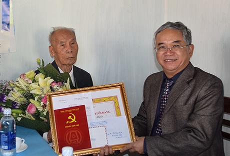 Đồng chí Bí thư Tỉnh ủy thăm và trao tặng Huy hiệu 70 năm tuổi Đảng cho đảng viên Vũ Năng Phấn