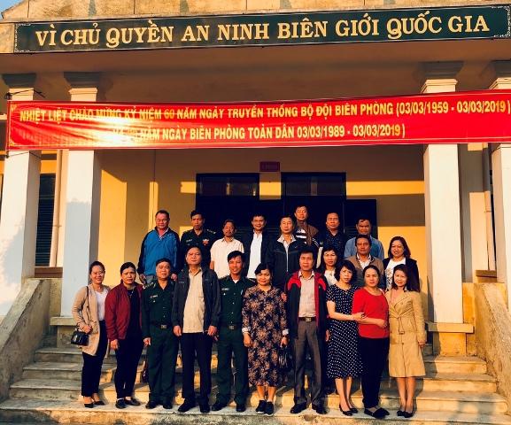 Chụp hình lưu niệm cùng với CBCS Đồn Biên phòng Sông Thanh