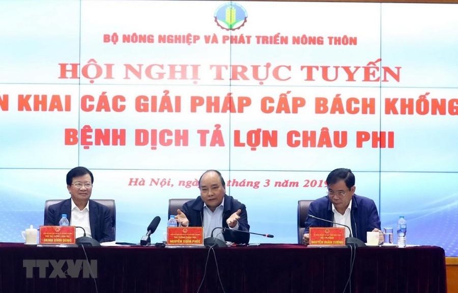 Thủ tướng Nguyễn Xuân Phúc, Phó Thủ tướng Trịnh Đình Dũng và Bộ trưởng Nguyễn Xuân Cường chủ trì hội nghị. Ảnh: TTXV
