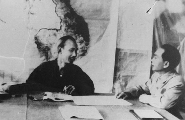 Đại tướng Võ Nguyên Giáp báo cáo tình hình chiến dịch Điện Biên Phủ với Chủ tịch Hồ Chí Minh. Ảnh tư liệu
