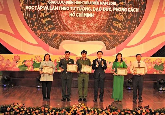 Đồng chí Võ Văn Thưởng, Ủy viên Bộ Chính trị, Bí thư Trung ương Đảng, Trưởng ban Tuyên giáo Trung ương tuyên dương, chúc mừng các điển hình