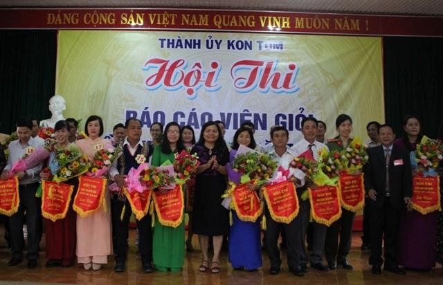Đồng chí Trưởng Ban Tuyên giáo Tỉnh ủy và Lãnh đạo Thành ủy tặng Cờ Lưu niệm động viên các thí sinh.