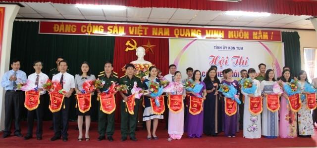 Lãnh đạo tỉnh tặng Cờ lưu niệm cho các thí sinh tham gia Hội thi.