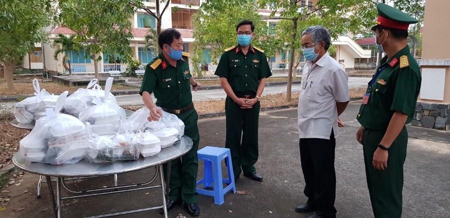 Kiểm tra công tác chuẩn bị bữa ăn cho người dân tại Khu cách ly cơ sở 1 Trường Cao đẳng Cộng đồng Kon Tum