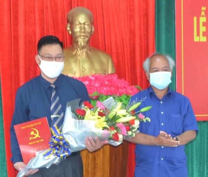 Đồng chí Phó Bí thư Thường trực Tỉnh ủy A Pớt trao Quyết định cho đồng chí Nguyễn Quang Thủy. Ảnh: VN